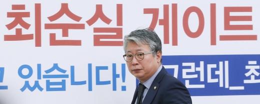 조응천 의원이 박근혜-최순실게이트 더불어민주당 국민조사위원회 회의에 참석해 회의실로 들어서고 있다./사진=이동훈 머니투데이 기자