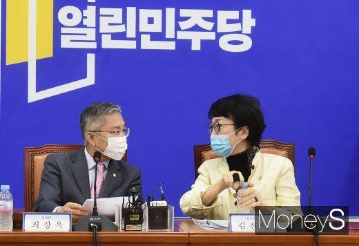 [머니S포토] 열린민주 7차 최고위, 의견 나누는 최강욱-김진애