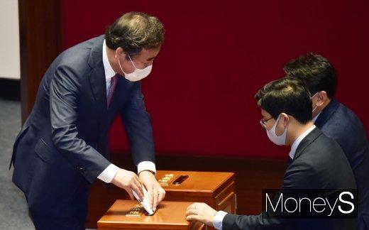 [머니S포토] 상임위원장 투표하는 이낙연