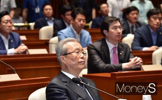 [머니S포토] 경청하는 김종인 비대위원장