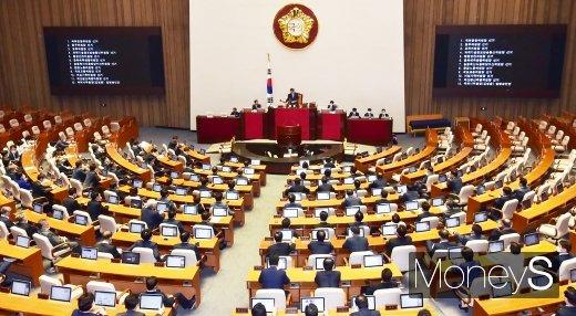 [머니S포토] 탕탕탕! 11개 상임위원장 선출 가결 알리는 박병석 의장