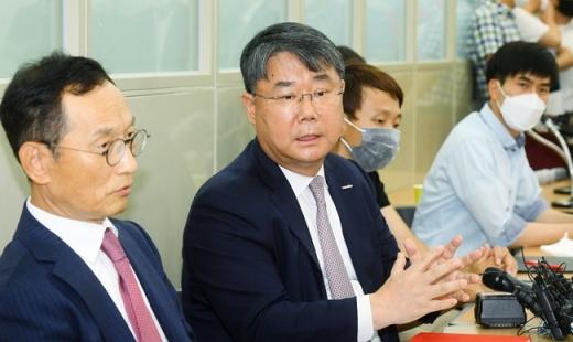 (왼쪽에서 두번째)최종구 이스타항공 대표가 29일 서울 강서구 본사에서 열린 긴급 기자회견에서 제주항공 측에 조속한 M&A 약속 이행을 촉구했다. /사진=장동규 기자