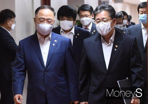[머니S포토] 국무회의 참석하는 홍남기·박양우
