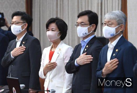 [머니S포토] 마스크 쓰고 국민의례하는 장관들
