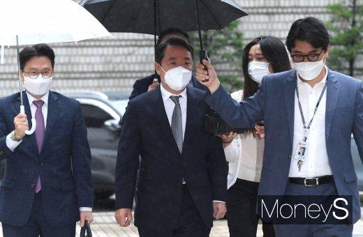 [머니S포토] 법정으로 향하는 이웅열 전 코오롱 회장