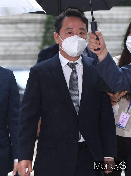 [머니S포토] 구속 갈림길에 선 이웅열 전 코오롱 회장