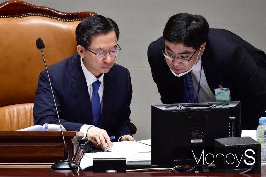 [머니S포토] 국회 예결위, 자료 살피는 정성호 위원장