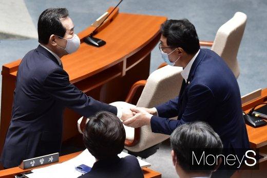 [머니S포토] 국회 예결위 첫 회의, 인사 나누는 정세균 총리