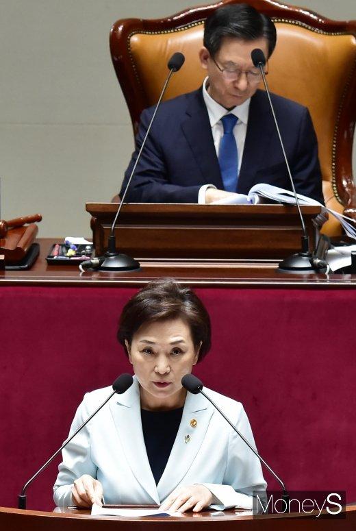 [머니S포토] 3차 추경안 제안설명하는 김현미 장관