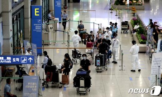 인천공항에서 입국한 카자흐스탄인이 신종 코로나바이러스 감염증(코로나19) 양성 판정을 받았다. 사진은 인천공항 입국장 모습. /사진=뉴스1