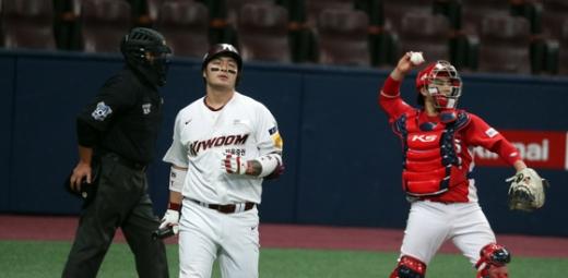키움 히어로즈 내야수 박병호(왼쪽 두번째)가 지난 28일 서울 고척돔구장에서 열린 KIA 타이거즈와의 경기에서 5회말 삼진아웃당한 뒤 타석을 떠나고 있다. /사진=뉴스1