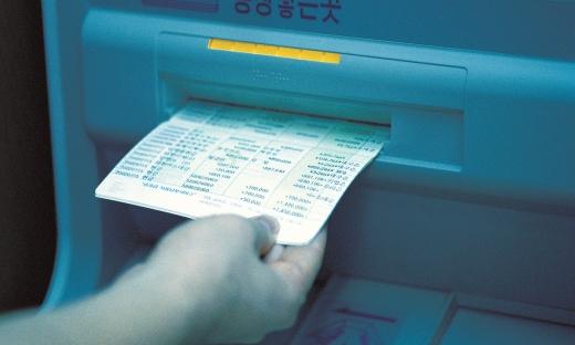공통장이나 인감이 없어도 홍채 인증만으로 은행에서 예금을 찾을 수 있는 '예금거래 기본약관' 개정안이 확정·시행된다./사진=이미지투데이