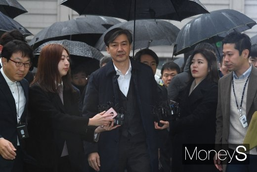 검찰이 조국 전 법무부 장관(왼쪽 세번째)의 5촌 조카에 대한 재판 결과와 관련해 항소를 제기했다. /사진=장동규 기자
