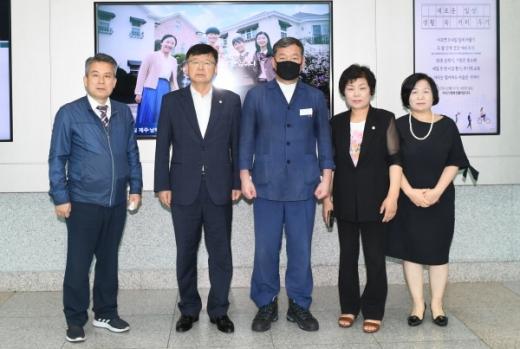 왼쪽부터 김종률 교육복지행정위원장, 김대군 의장, 오규석 기장군수, 김혜금 부의장, 성경미 의회운영기획위원장./사진제공=기장군