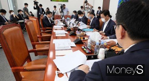 지난 2일 서울 여의도 국회에서 미래통합당 의원들이 불참한 가운데 3차 추경예산안 등 조정소위원회의가 열렸다. /사진=장동규 기자