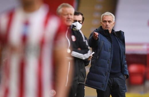 조세 무리뉴 토트넘 홋스퍼 감독(오른쪽)이 3일(한국시간) 영국 셰필드 브래몰 레인에서 열린 2019-2020 잉글랜드 프리미어리그 32라운드 셰필드 유나이티드와의 경기에서 무언가 지시를 내리고 있다. /사진=로이터