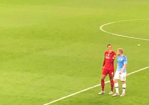 리버풀 수비수 버질 반 다이크(왼쪽)가 3일(한국시간) 영국 맨체스터 이티하드 스타디움에서 열린 2019-2020 잉글랜드 프리미어리그 32라운드 맨체스터 시티와의 경기가 끝난 뒤 상대 미드필더 케빈 데 브라이너와 담소를 나누며 경기장을 빠져나오고 있다. /사진=헨리 윈터 기자 트위터