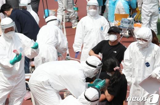 경기 의정부시 장암주공아파트에서 촉발된 신종 코로나바이러스 감염증(코로나19) 확진자 중 한명이 대형백화점 근무자인 것으로 밝혀져 우려가 커지고 있다. /사진=뉴스1