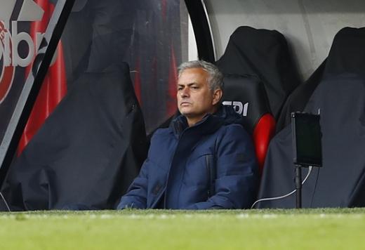 조세 무리뉴 토트넘 홋스퍼 감독이 3일(한국시간) 영국 셰필드 브래몰 레인에서 열린 2019-2020 잉글랜드 프리미어리그 32라운드 셰필드 유나이티드와의 경기에서 벤치에 앉아 생각에 잠겨있다. /사진=로이터