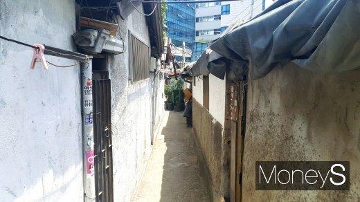 SH공사가 빅데이터를 활용한 노후건축물 관리에 나섰다. 사진은 서울시내 한 노후 주택 골목. 사진 속 주택은 기사 내용과 무관함. /사진=김창성 기자