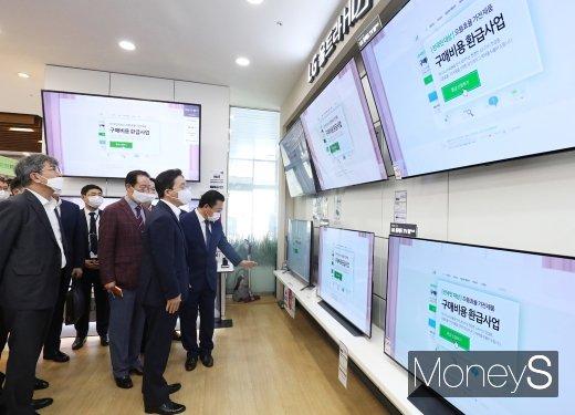 [머니S포토] 용산 전자랜드 방문 성윤모 장관, '보고 또 보고'
