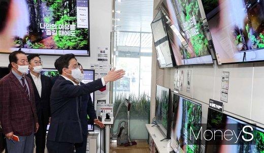 [머니S포토] OLED TV 질문하는 성윤모 장관