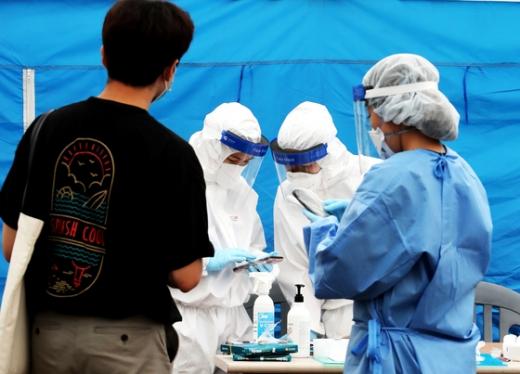 정부가 코로나19에 걸린 지명수배자들에 대해 특별 관리에 들어간다. 사진은 경기 김포시보건소에 설치된 선별진료소 모습. /사진=뉴스1