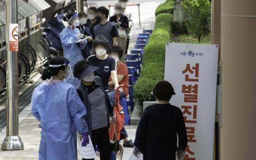 코로나19 확진자가 발생한 서울 관악구 소재 리치웨이 관련 접촉자들이 관악구보건소 선별진료소 앞에서 검사를 기다리고 있다. /사진=뉴스1
