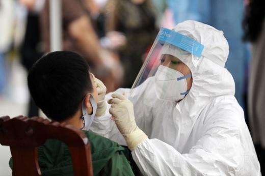 광주 북구 한 교회 앞에 마련된 임시선별진료소에서 의료진이 코로나19 검사를 실시하고 있다. /사진=뉴스1