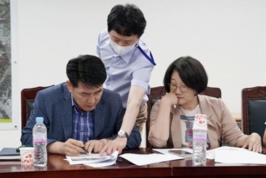 배정수·신미숙 의원이 간담회에서 지역 현안을 점검하고 있다. / 사진제공=화성시의회