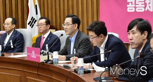 """[머니S포토] 주호영, """"유석열 총장 그만둬서는 안돼…추미애 장관 사퇴해야"""""""