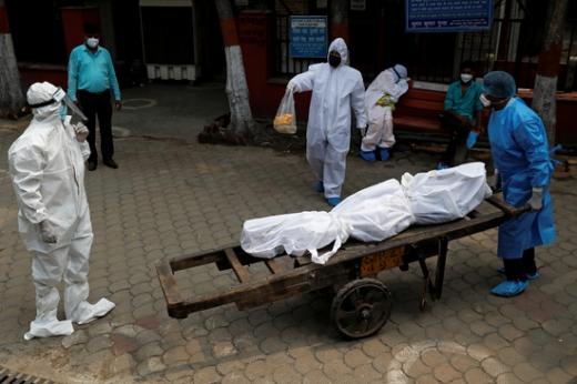 인도 내 신종 코로나바이러스 감염증(코로나19) 확산세가 매섭다. 사진은 인도 뉴델리에서 코로나19로 사망한 시신이 옮겨지는 모습. /사진=로이터