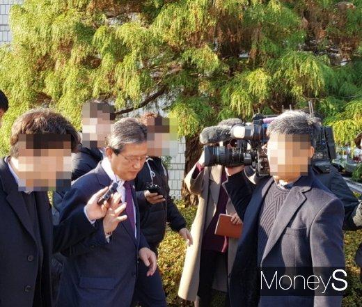 이선두 전 의령군수가 지난해 12월 4일 부산고법 창원재판부에서 공직선거법 위반으로 항소심 선고를 받고 측근들과 황급히 법원을 빠져 나가고 있다./사진=임승제 기자.