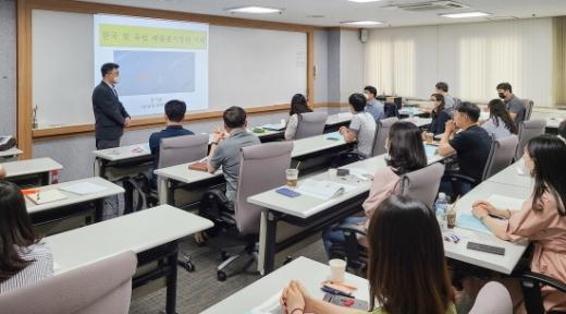 한국남부발전은 산·학·연 협력으로 6일부터 8일까지 KMAC 비즈니스 스쿨에서 온실가스 배출권 거래 전문인력 양성을 위한 교육을 진행한다./사진=남부발전