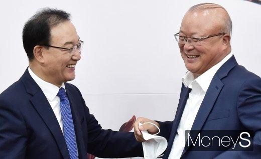 [머니S포토] 통합당 부동산 정책진단, 인사 나누는 권대중-김희국