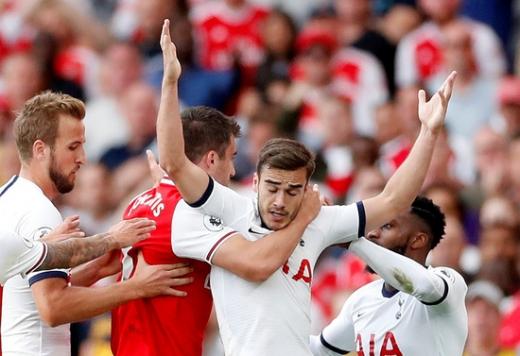 지난해 9월2일(한국시간) 영국 런던 에미레이츠 스타디움에서 열린 2019-2020 잉글랜드 프리미어리그 아스날과 토트넘 홋스퍼의 경기에서 양 팀 선수들이 몸싸움을 벌이고 있다. /사진=로이터
