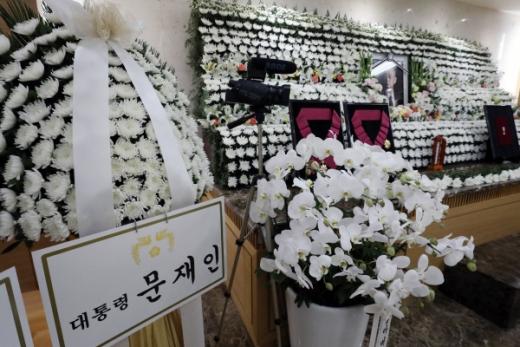 서울아산병원 장례식장에 마련된 고 백선엽 장군 빈소에 문재인 대통령이 보낸 조화가 놓여 있다.©뉴스1