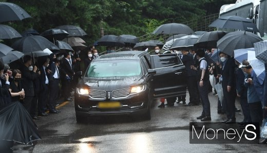 [머니S포토] 서울시청으로 향하는 故 박원순 서울시장 운구차