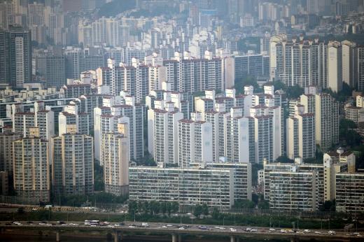 정부의 계속된 주택시장 규제 속 이달 셋째주에는 전국에서 8050가구의 청약접수가 진행된다. 사진은 서울시내 한 아파트 밀집 지역. /사진=뉴시스 DB