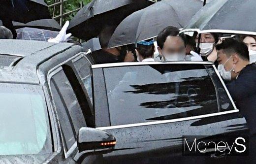 [머니S포토] 운구차 오르는 故 박원순 서울시장의 아들 박주신씨
