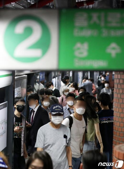 서울 지하철 2호선 건대입구역에서 출입문 개방에 장애가 생겨 운행이 일시 중단됐다. 사진은 지하철 2호선. /사진=뉴스1
