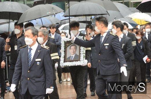 [머니S포토] 서울시청 떠나는 故 박원순 시장 영정