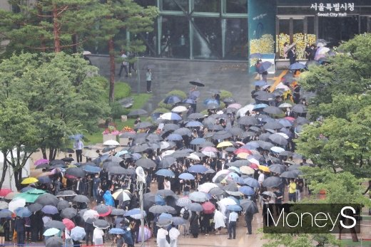 [머니S포토] 서울시청에 몰린 故 박원순 시장 추모 인파