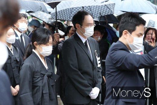 [머니S포토] 슬픔에 잠긴 故 박원순 시장 아들 박주신씨