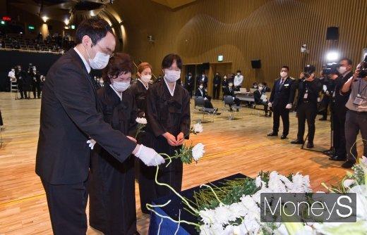 [머니S포토] 헌화하는 강난희 여사와 유가족들