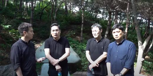 유튜브 채널 가로세로연구소는 지난 10일 서울 종로구에 위치한 북악산에서 박원순 서울시장의 사망 경로를 추적하는 의도의 영상을 게시했다. /사진=가로세로연구소 유튜브 캡처