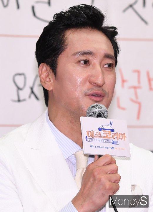 매니저 갑질논란에 휩싸인 배우 신현준(52)이 전 매니저 김씨(52)의 문자 공개 등 2차 의혹 제기에 대해 법적 공방의 뜻을 내비쳤다. 사진은 신현준이 지난해 3월19일 열린 tvN 예능 '미쓰코리아' 제작발표회에 참석한 모습. /사진=장동규 기자