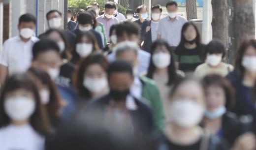 신종 코로나바이러스 감염증(코로나19) 사태가 6개월 이상 이어지고 있는 16일 서울 중구에서 시민들이 마스크를 착용한 채 출근길 발걸음을 재촉하고 있다. /사진=최진석 뉴시스 기자