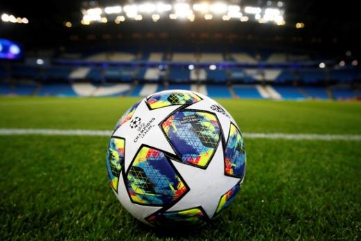 맨체스터 시티 홈구장인 이티하드 스타디움 경기장 안에 유럽축구연맹(UEFA) 챔피언스리그 공인구가 놓여 있다. 맨체스터 시티는 CAS 판결을 통해 다음 시즌 챔피언스리그 출전이 가능해졌다. /사진=로이터
