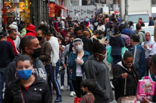 브라질과 인도의 신종 코로나바이러스 감염증(코로나19) 누적 확진자 수가 각각 200만명과 100만명을 돌파했다.  브라질 상파울로 길거리. /사진=로이터